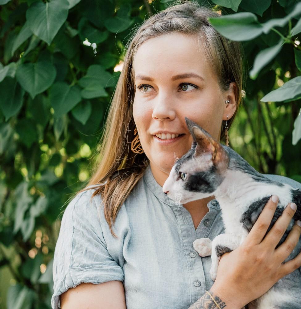 Reetta Haapasalo kissa sylissä